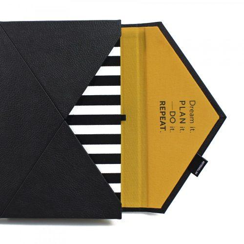 A/5 fekete -fehér csíkos - okker boríték napló cserélhető belívvel (200), egyedi felirattal