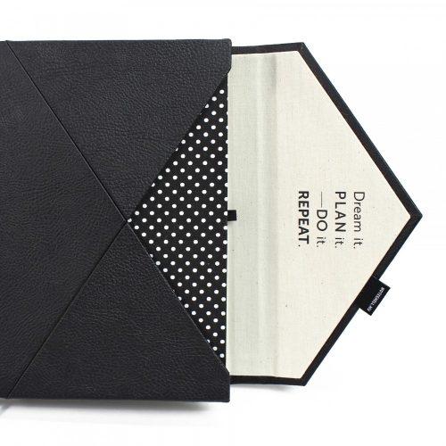A/5 fekete -fehér pöttyös boríték napló cserélhető belívvel (200), egyedi felirattal